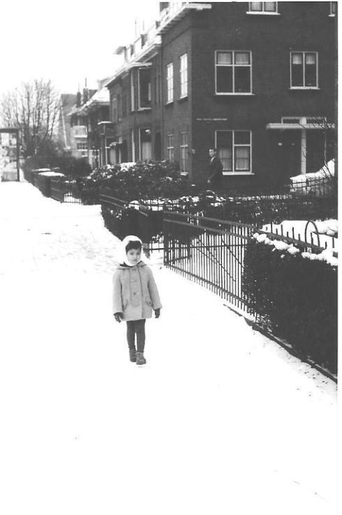 שרון בשלג ליד הבית הראשון שבו גרנו
