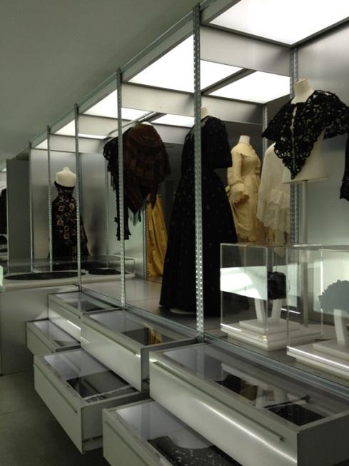 מבט לתערוכה המציג את הדגמים על בובות ואת פריטי האוסף במגירות