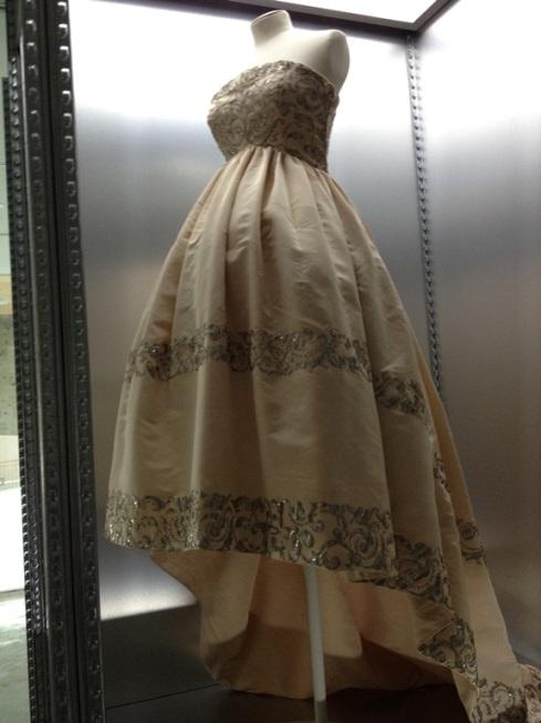 שמלה המבוססת על נושא השראה זה.