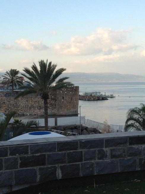 מבט מהמלון אל החומה הצלבנית