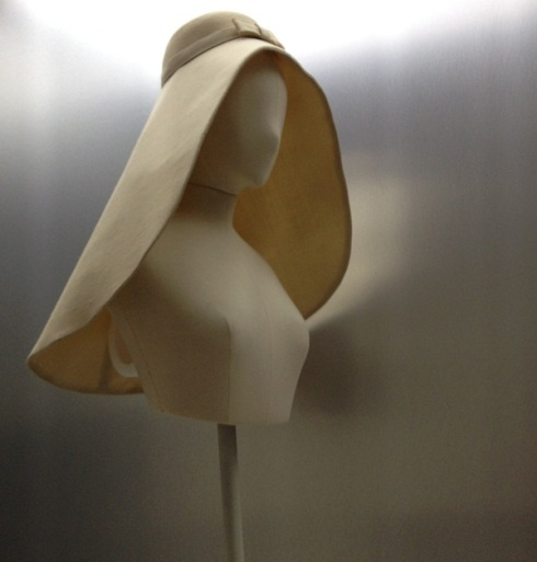 נושא ההשראה המבוסס על כובע כבאים ששימש טריגר לרבות מיצירותיו של בלנסיאגה