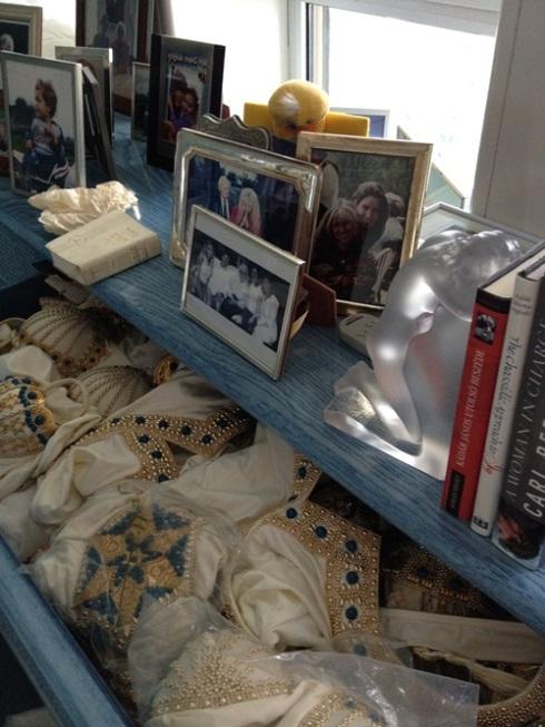 ליד מיטתה של גב' גוטליב נמצאו: תמונות הקרובים לה ביותר, דגמים מקולקצית ירושלים וסידור תפילה.