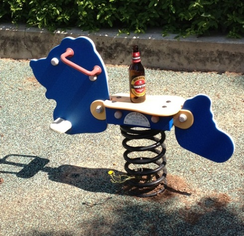 לחפש את הקשר שבין בירה לסוס נדנדה