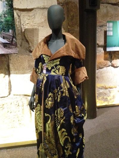 אלזה לסקר-שילר לובשת אלמביקה  במגדל דוד (6/6)