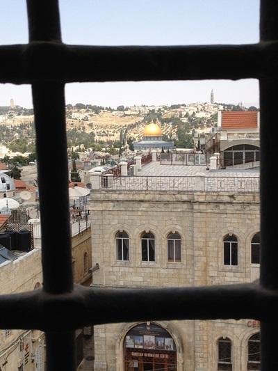 ב=מבט אל העיר העתיקה מבעד לחלון המסורג במגדל דוד. צילום: אילה רז