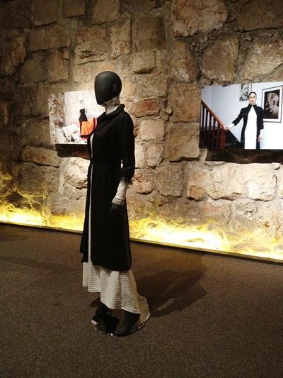 מבט אל הדגם של רחל כהן בחלל התערוכה