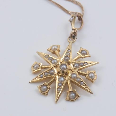 תליון כוכב זהב עם פניני ים: מסמל את האור בקצה המנהרה