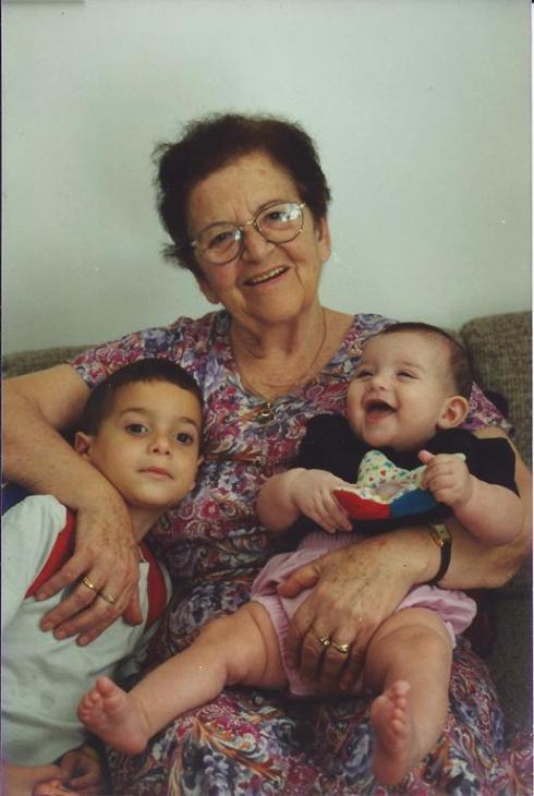 אמא בת 83 עם שני הנינים הראשונים שלה: אור ונטע