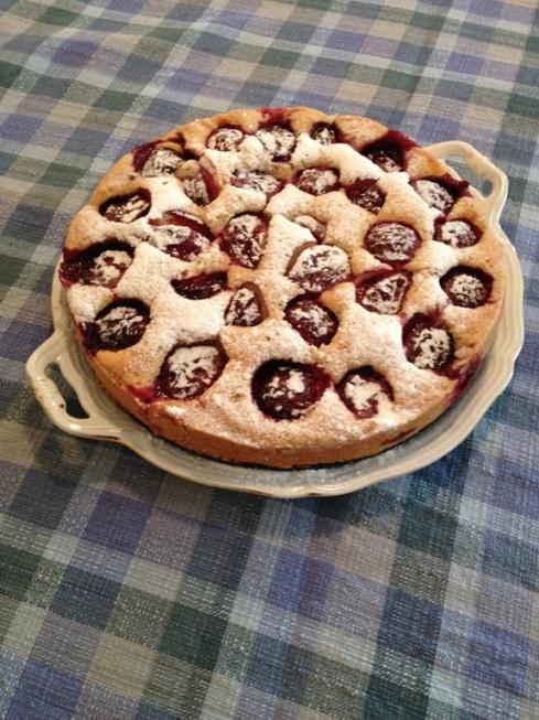עוגת השזיפים מוכנה לאכילה