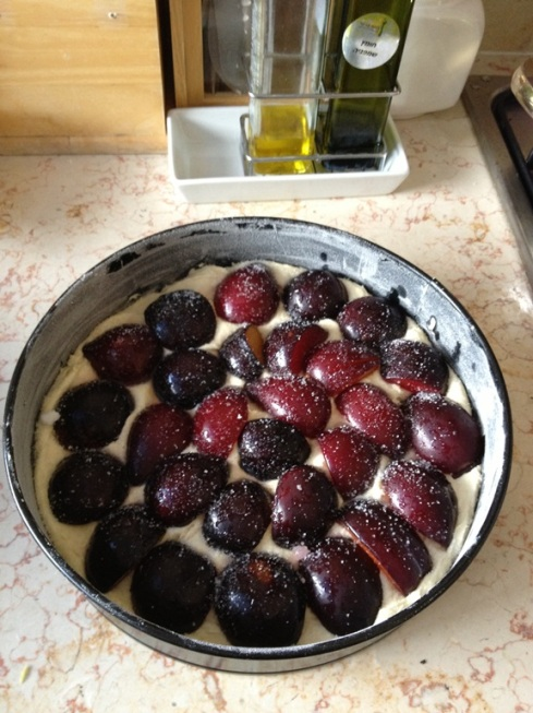 עוגת השזיפים לפני הכנסתה לתנור