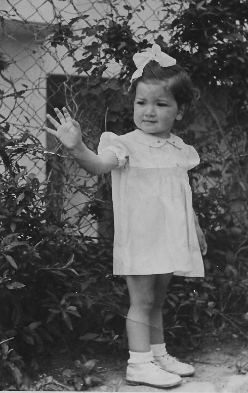 אני בת שלוש בשמלה שסבתא תפרה.
