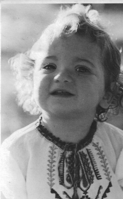 אני בת שנתיים בחולצה שסבתא רקמה