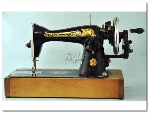 מכונת תפירה זינגר ידנית. סיבוב הידית בצד ימין מפעיל את מכונת התפירה