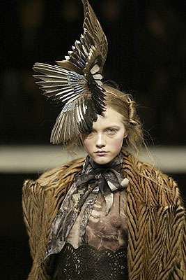 נוצות מתצוגת אופנה של ג'ון-פול גוטייה