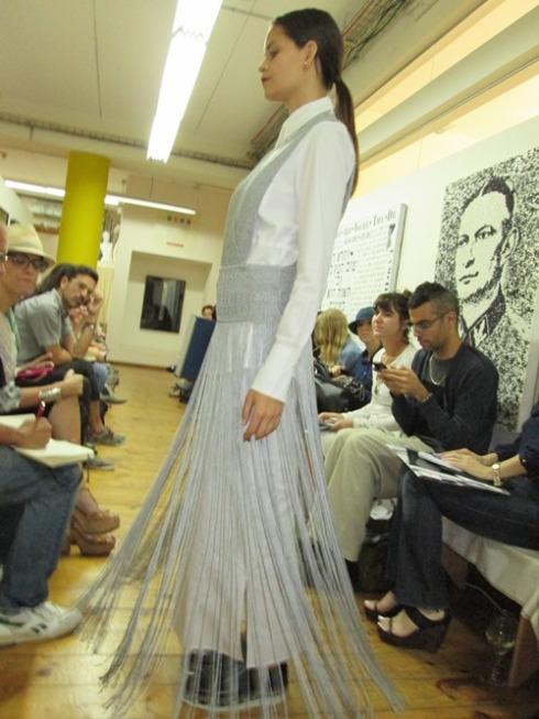 שמלה ארוכה של נולה בתצוגה של קום-איל-פו לקיץ 2013