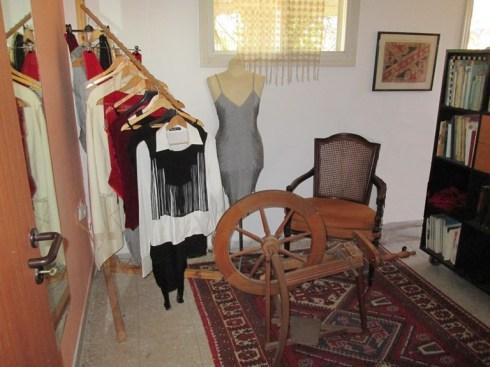 קולב עם בגדים למכירה בסטודיו של זיוה במגשימים