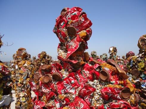 איש זבל מפחיות קוקה קולה. צילום: אילה רז