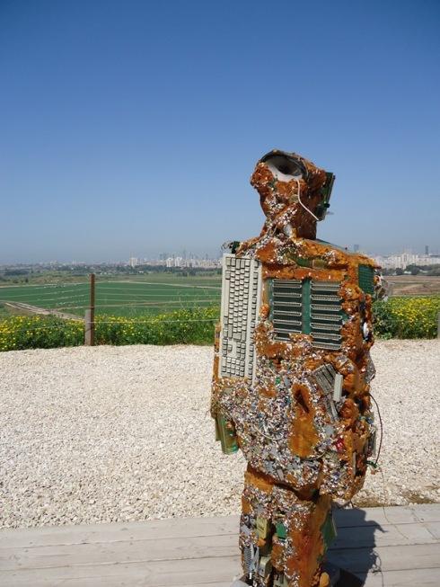 איש זבל על רקע הנוף צילום: אילה רז