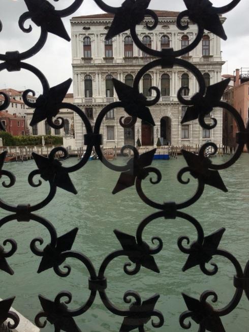 ונציה- מבט החוצה מהחלון במוזיאון פגי גוגנהיים
