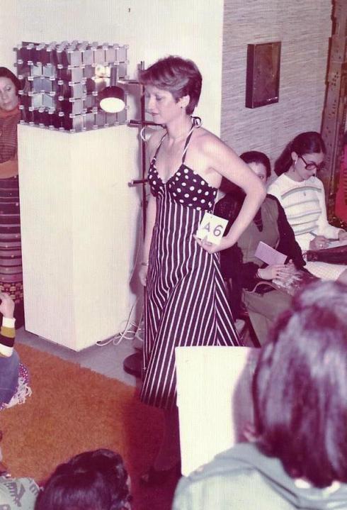 רחלי מדגמנת שמלת פולקה-דוט בגווני כחול-אדום. שימו לב למספר שהיא מחזיקה ביד, שהעתקתי מתצוגות האופנה בפריס.