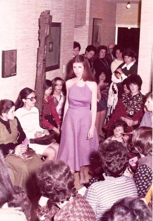דורית, הקוסמטיקאית שלי, בשמלת כתפיות.