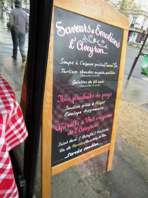 לוח עץ בכניסה למסעדה, 2012. כמו פעם צילום: אילה רז, 2012
