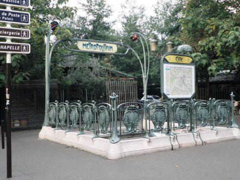תחנת מטרו ישנה בסגנון ארנובו מהתקופה שצרפת הייתה אימפריה. צילום: יעקב רוט