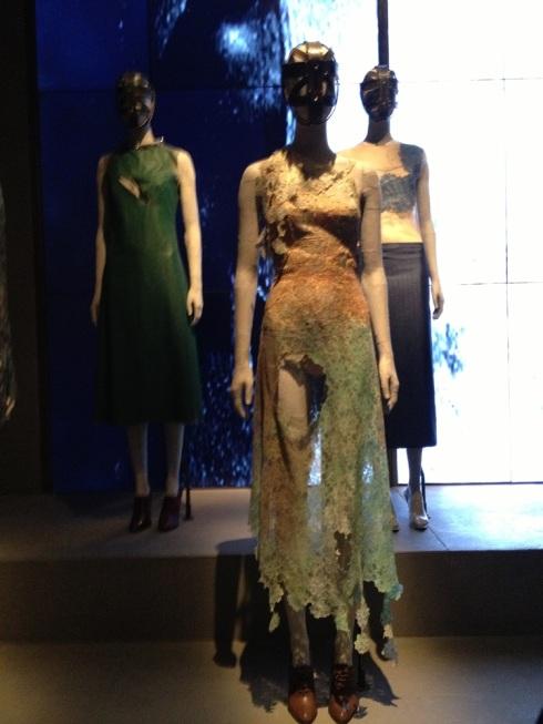 השמלה מהקולקציה הראשונה של מקווין 'האונס בהרים'
