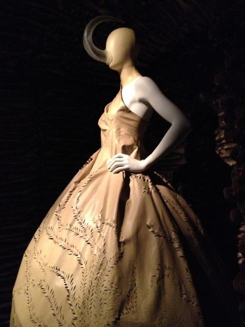 שמלת עור מחורר עם אביזר של חד-קרן