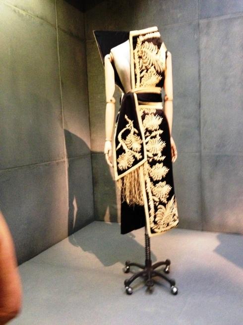 מוטיבים קלאסיים בשמלה א-סימטרית